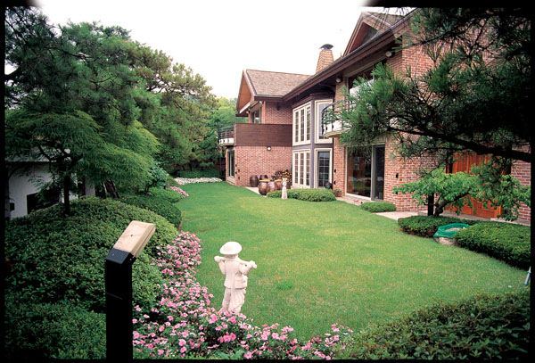 잔디밭 주변의 소나무와 홍단풍,산철쭉,주목등이 여러 첨경물과 ...